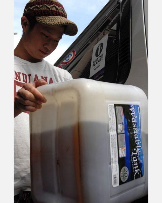 ドーナツは新鮮な植物油で揚げられ、1日が終わると使用済みの油は配達用のトラックや地元のスクールバスの燃料となる。Photo: Mark Shimahara