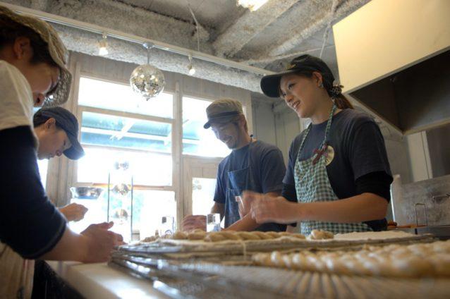 テーブルのまわりには6人のスタッフが、おしゃべりしながら生地を練ったり、転がしたりしていた。Photo: Mark Shimahara