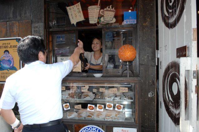 ケンジーズドーナツの1号店。もとはバーだったところで、いまはドーナツを売る。Photo: Mark Shimahara