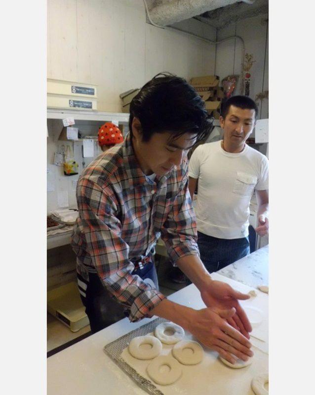 ケンジに教わりながら僕もドーナツ作りに初挑戦。Photo: Mark Shimahara