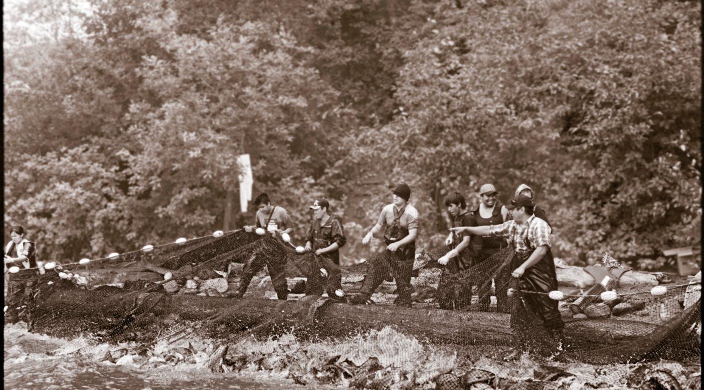 伝統的な地引き網を使って自分たちの土地を流れる川で野生のサーモンを、選択しながら捕獲するレイク・バビン・ネイションズの漁師たち。レイク・バビン、ブリティッシュ・コロンビア。Photo: Britton Caillouette