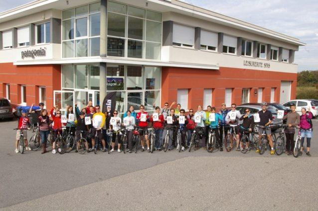 パタゴニア・ヨーロッパのスタッフたちは彼らの友人でありボスであるホルガーのためにメモリアル・バイク・ライドを開催。
