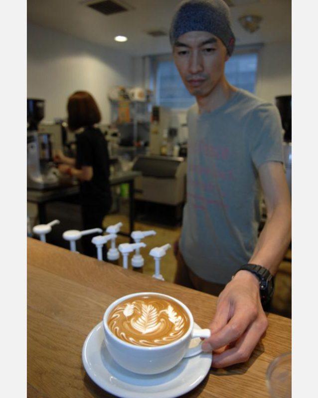 ワールドチャンピオンのラテ・アーティストであるヒロシは僕にラテを作ってくれた。パタゴニアの渋谷ストアの近くで店をもつ彼は、直営店のイベントでもコーヒーを提供してくれている。
