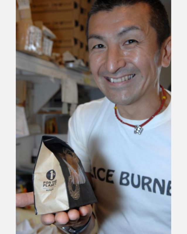 友人のケンジは彼の博多のお店で僕のお気に入りのドーナッツを作らないかと誘ってくれた。彼のお店は1%・フォー・ザ・プラネットに参加している。