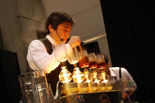 そして僕はワールドサイフォニストチャンピョンシップで競った。コンテストはサイフォン方式で4杯のコーヒーとシグネチャービバレッジを作るというものだった。写真:日本スペシャルティコーヒー協会提供