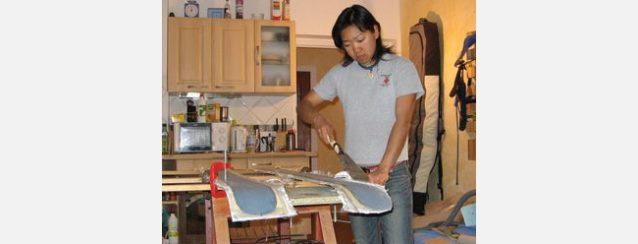 木の中核にトップシートとベース素材が貼られたあとは、より繊細なカットのために台所の作業場に戻る。Photo: Miyazaki/Greenhall collection