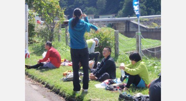 ウォーミングアップしながら福田の到着を待つ宮川。66キロ地点、笹ヶ峰高原乙見湖。写真:パタゴニア日本支社