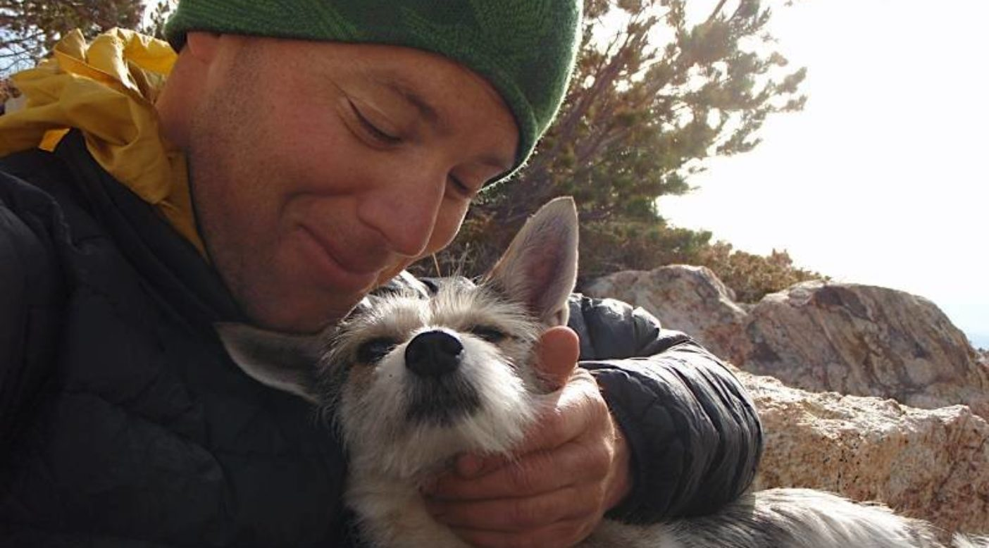 愛を分かち合うマイクとスキーナ。ネバダ州イースト・ハンボルト山脈。Photo: Old School