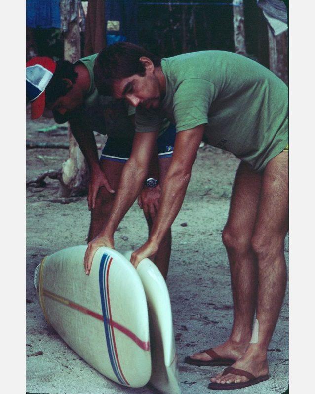 ジャングルでは存在の基盤はサーフボード。僕たちは愛と献身をもってそれを取りあつかった。弟のビクターとボードを比較する僕。Photo:Don King