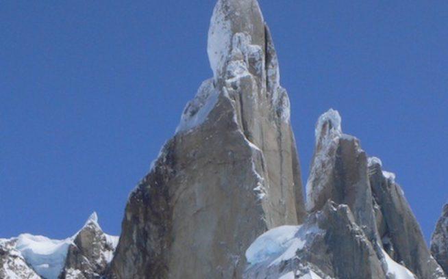 セロ・トーレ。南東稜は(カメラに向かって)写真中央にある山稜を登る。ルートの取り付きは見えないが、右側にある山稜の基部にある巨大な雪塊だ。Photo: Kelly Cordes
