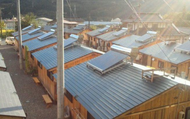 「つながり・ぬくもりプロジェクト」による岩手県住田町の木造仮設住宅への太陽熱温水器設置。写真:つながり・ぬくもりプロジェクト