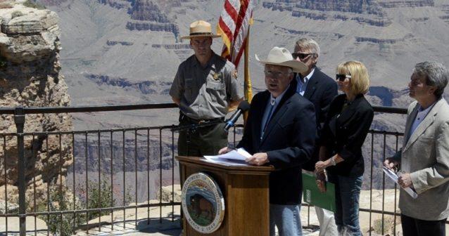 2011年6月、グランド・キャニオン国立公園を訪れて、周辺の100万エーカーの20年間採掘禁止の支持を表明した内務省大臣ケン・サラザー氏。Photo: James Q Martin
