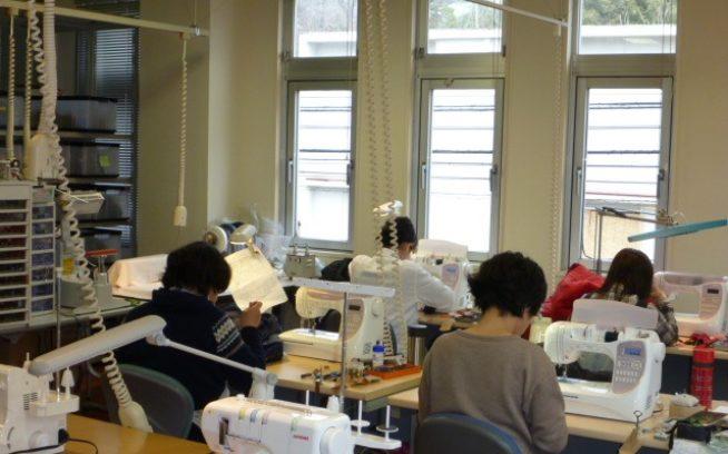 リペア部門が材木座から北鎌倉に移って6年半が経つ。明るいオフィスで、最善の修理方法を考えながら黙々と作業をする縫製スタッフ。写真:パタゴニア日本支社