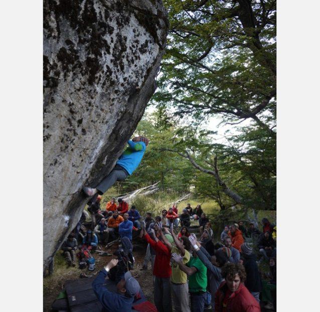 Team Effort! 無名課題(V8)を登る横山勝丘。写真:デラ
