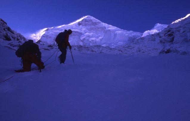 燕子溝氷河のアイスフォールを登る。中央がミニャ・コンガ(7556メートル)、左が北東稜。右が北西稜。アメリカ隊は北西稜に出る直前、雪崩に遭遇した。1980年10月 写真:阿部幹雄