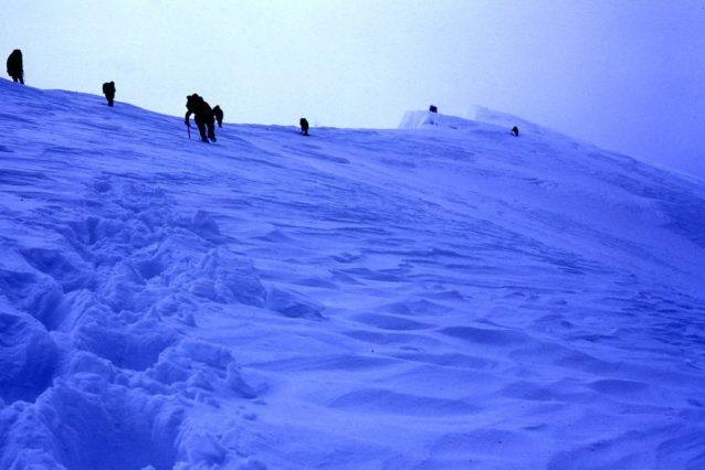 山頂を目指し、私の前を登る8人。北東稜7200メートル付近。1981年5月10日 写真:阿部幹雄