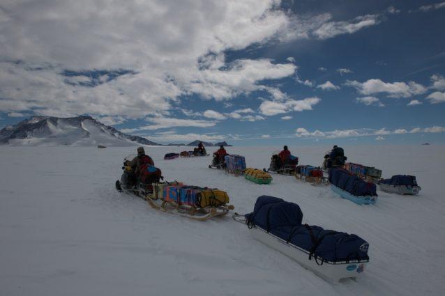 2台のソリを連結して物資を積み、キャンプを移動する。セール・ロンダーネ山地中部ニーペ氷河にて。2009年 写真:阿部幹雄