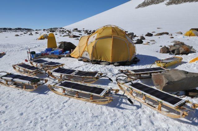 私たちのキャンプ。大型テントは食堂用。ソリに付けられているのは太陽光発電パネル。電力はすべて太陽光発電でまかなった。セール・ロンダーネ山地中部、上田(あげた)氷河ベースキャンプ。2009年 写真:阿部幹雄