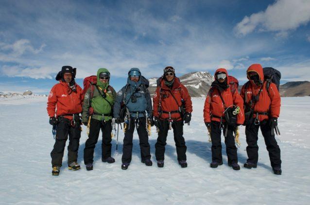 第50次セール・ロンダーネ山地地学調査隊の服装。アウタージャケットとパンツはパタゴニア社製。セール・ロンダーネ山地中部ジェニングス氷河にて。2008年 写真:阿部幹雄