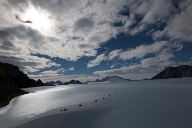 氷の海へ。セール・ロンダーネ山地中部メーフェル氷河にて。2009年 写真:阿部幹雄