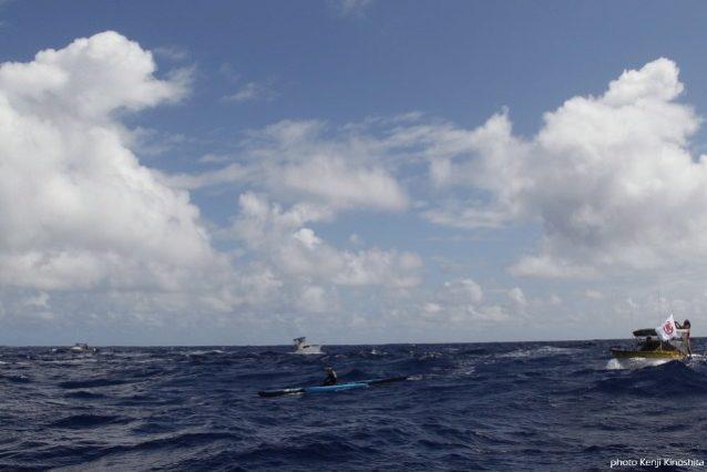 ハワイの大自然とサポートしてくれるエスコートボートに包まれながら漕ぐ。写真:木下健二