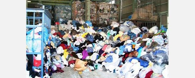 ゴミか宝か?業者によって回収された古着やジーンズの山。写真:小泉 壱徳