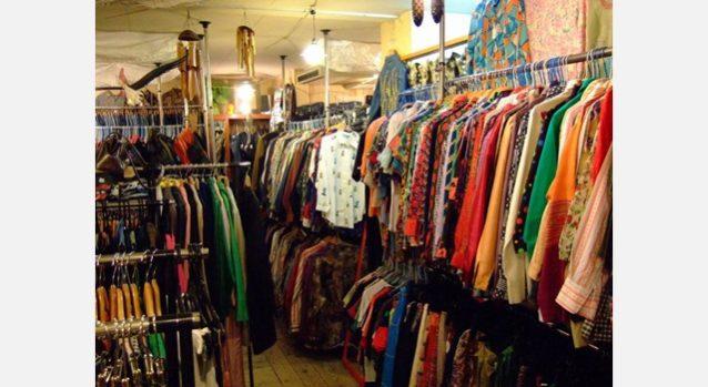 古着の山から掘り出して、細かいところを検品したり直したあと店頭に並べる。写真:小泉 壱徳