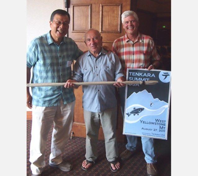 イヴォン(中央)にテンカラ竿をプレゼント。右はブルー・リボン・フライズ社の創設者でありパタゴニアのフィッシング・アンバサダーのクレイグ・マシューズ。テンカラサミット2011inモンタナにて 。