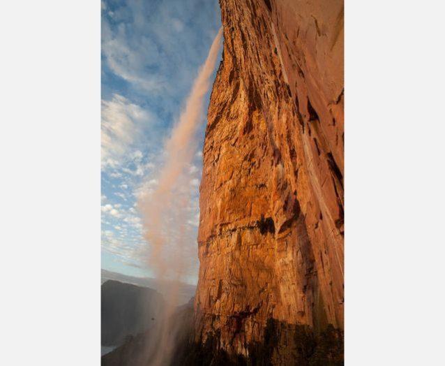 朝日に照らされるトゥユレン滝。Photo:Xpedition.be