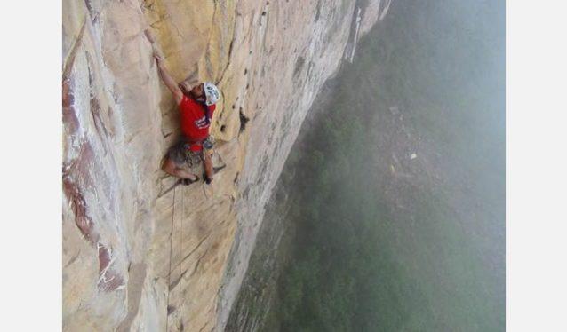 40メートルの墜落のあと、ピッチ2をレッドポイントする怖い物知らずのショーン・ヴィラヌエヴァ。Photo:Xpedition.be