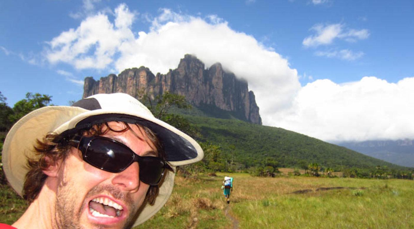 美しいテプイの1つ、アコパンを背に夢に向かって進むニコ。Photo:Xpedition.be