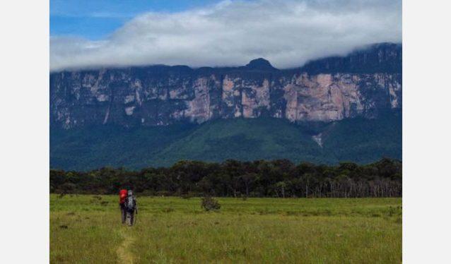 アムリ・テプイへの道のり。背後にはトゥユレン滝が見える。Photo:Xpedition.be