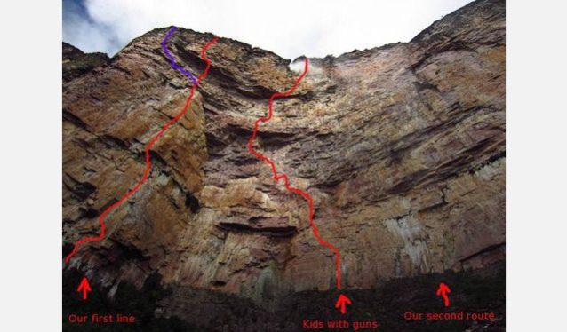 アムリの1本目のルート(紫色)。3ピッチのバリエーション付き。「キッズ・ウィズ・ガンズ」は壁をシェアしたチームが設定したルート。Photo:Xpedition.be