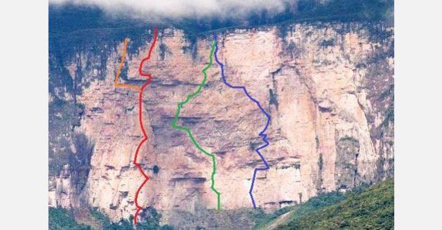 アップデート:ルートをより鮮明にした新しい写真。赤の線が「マリア・ロサ」でオレンジ色はフリーのバリエーション。青のラインは僕らが開拓した2本目のルート「アピチャバイ」。グリーンはメイソンの遠征チームが開拓した「キッズ・ウィズ・ガンズ」Photo:Xpedition.be