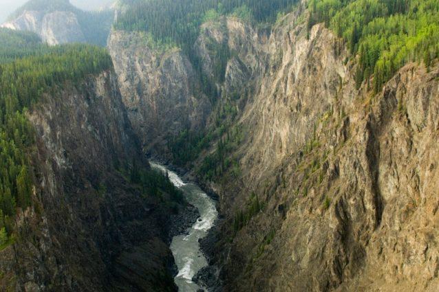 スティキーンのグランドキャニオンに流れるスティキーン川。ブリティッシュ・コロンビア、スティキーン・プラトウ Photo: Paul Colangelo