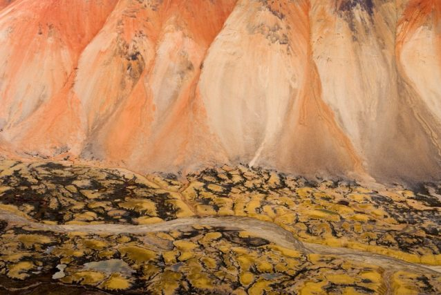 大量の鉱化作用がもたらすスペクトラム山脈の鮮やかな色。ブリティッシュ・コロンビア Photo: Paul Colangelo