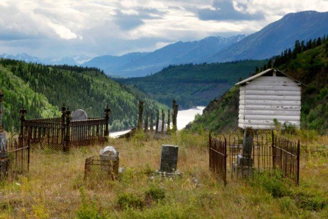 スティキーン川を見下ろす墓地。ブリティッシュ・コロンビアのテレグラフ・クリーク、タールタン・ファースト・ネイションズ Photo: Paul Colangelo