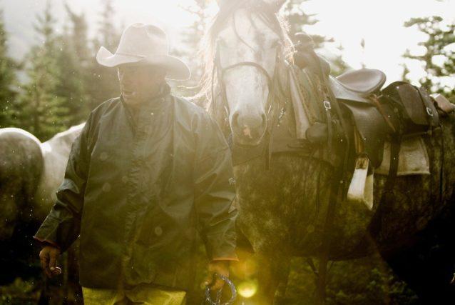 馬を導き狩りに出かけるボビー・ブラッシュ。2010年、ブリティッシュ・コロンビア Photo: Paul Colangelo