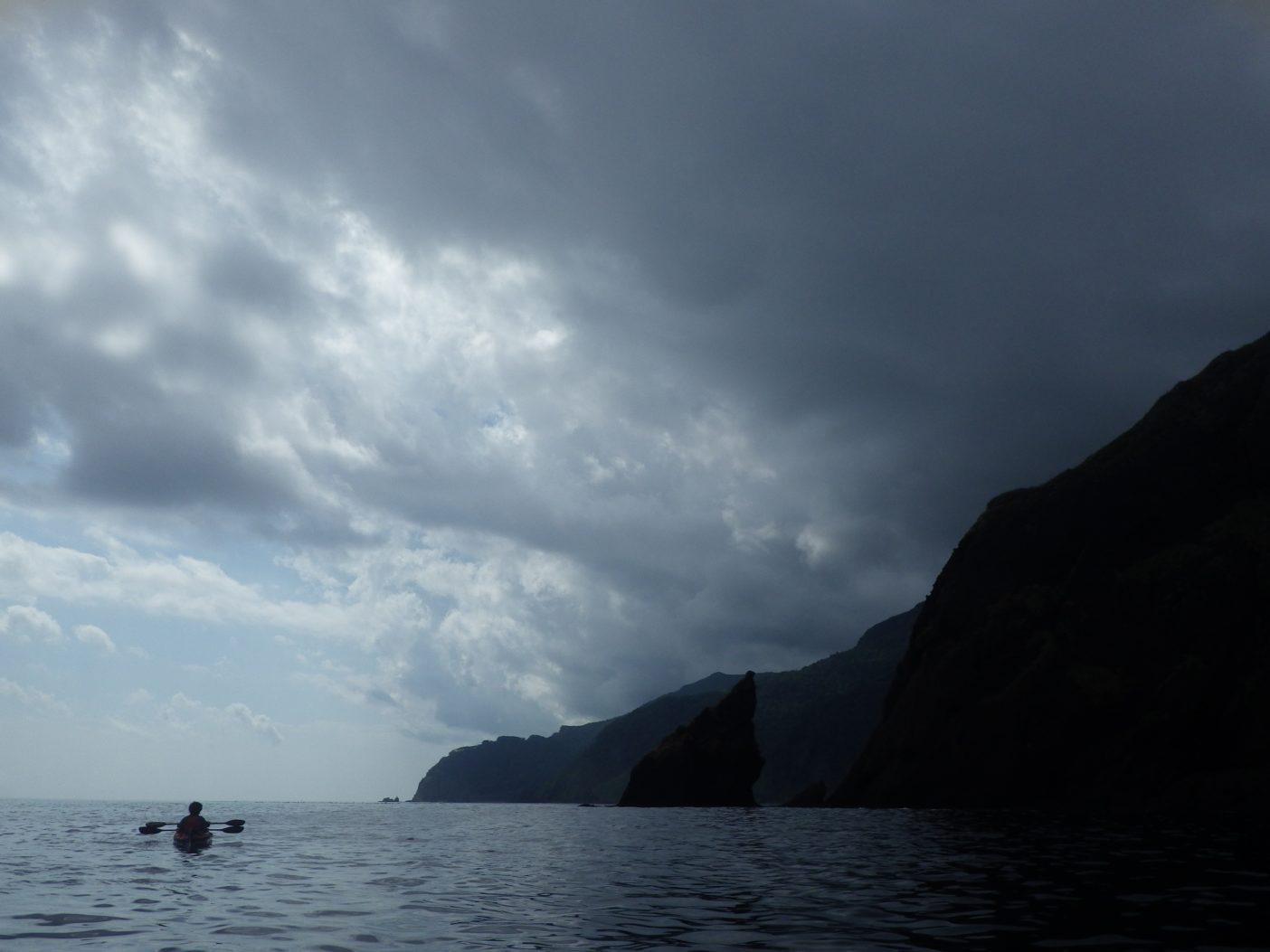 変わりやすい知床の空の下、つかの間の休憩。写真:島田和彦