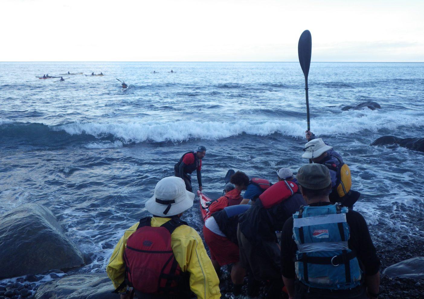 波間を狙い出艇。写真:島田和彦