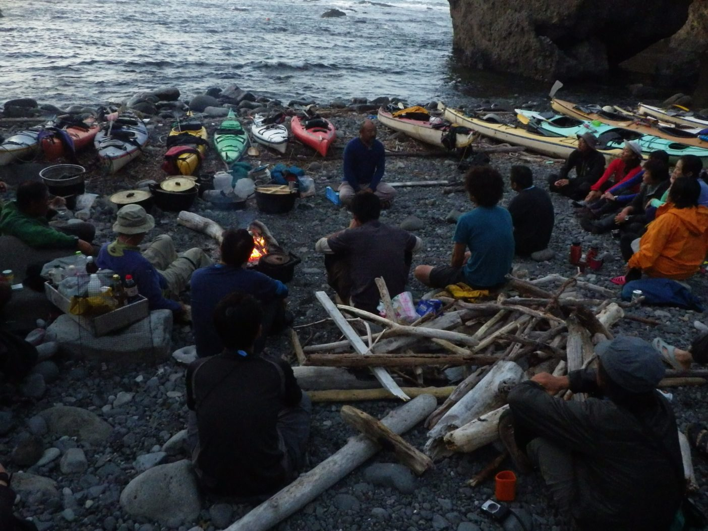 焚き火を囲んで柴田丈広氏の講演。写真:島田和彦