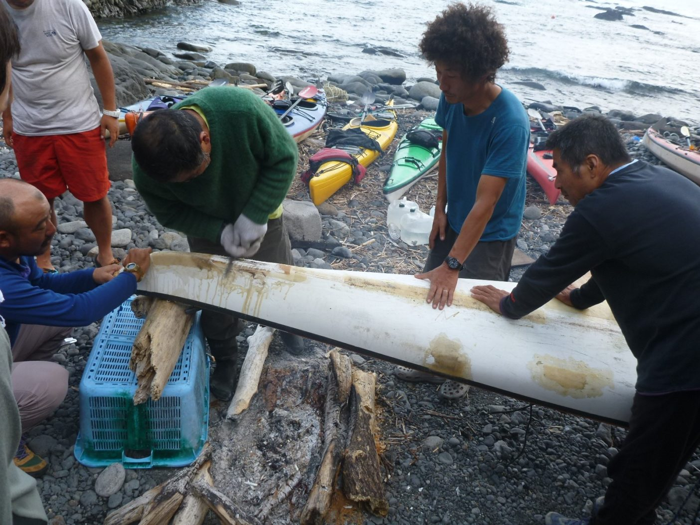 水野義弘氏(右端)が見守る修理作業。そして旅は続く。写真:神山知子