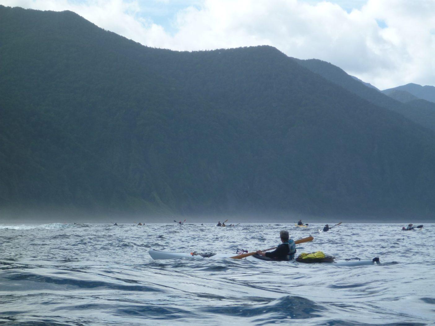 後続を見守る。岬はすぐそこ。写真:神山知子