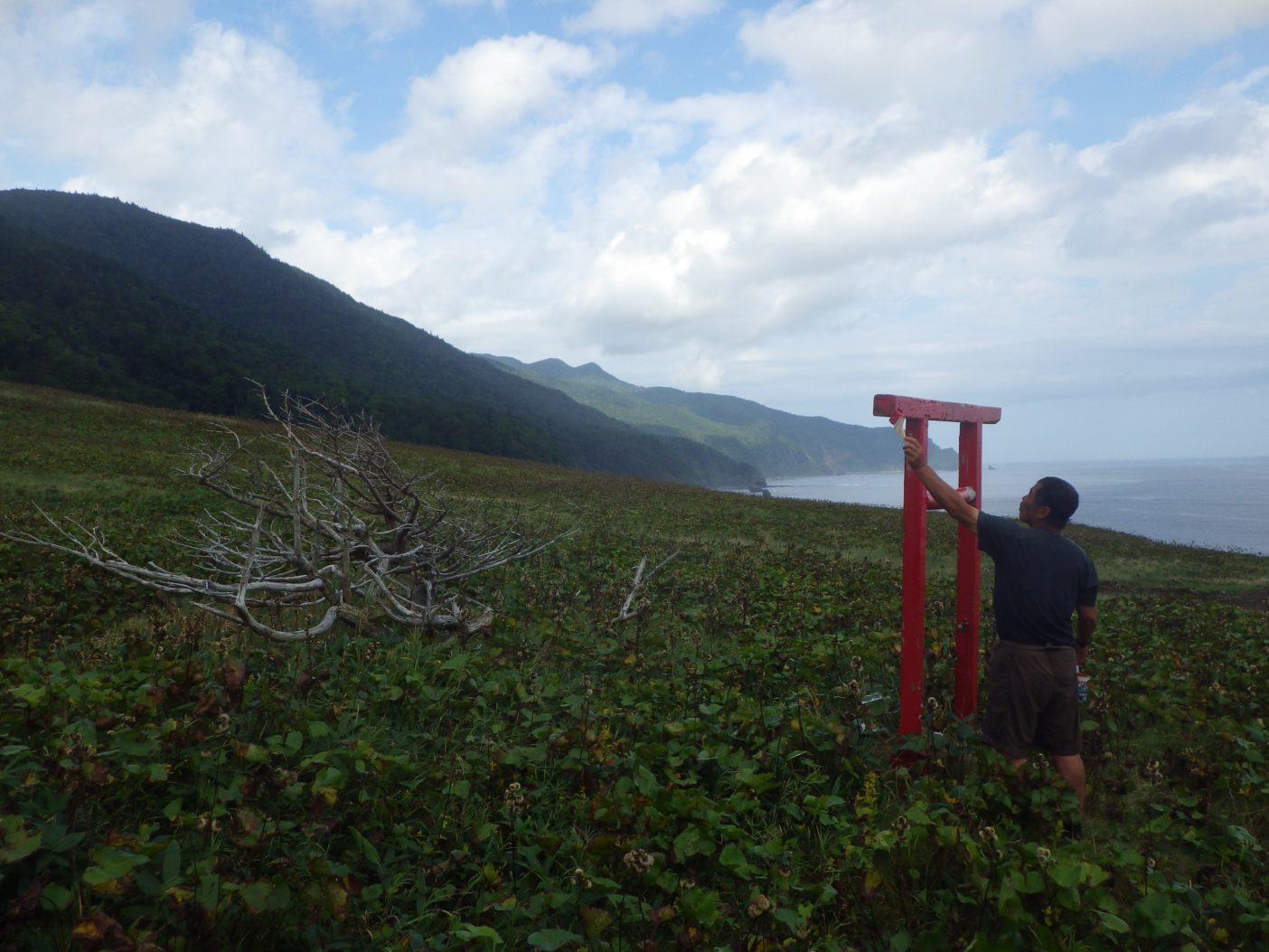 ペキンノ鼻。鳥居をきれいに塗りなおす。写真:島田和彦