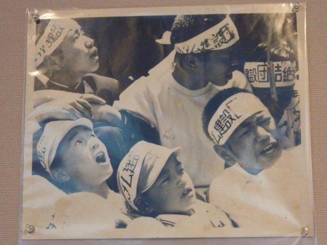 機動隊に「帰れ!」「帰れ!」と叫ぶ子どもたち。写真:松本美智恵