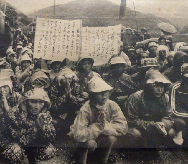 雨のなか座り込みをする女たち。写真:松本美智恵