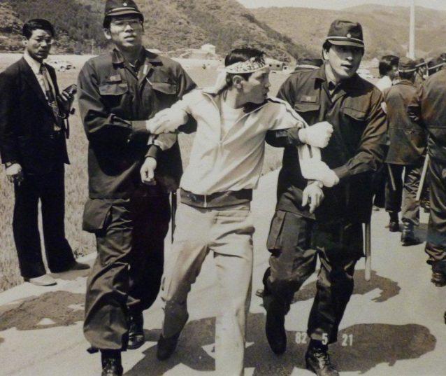 機動隊に牛蒡抜きされる男性。写真:松本美智恵