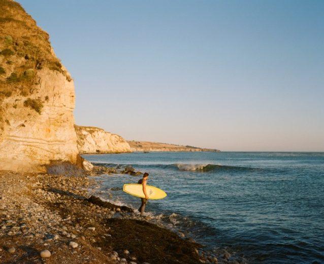 日暮れ間近、僕らはこのビーチでお忍びでキャンプした。波はいまいちだったが何日かサーフィンするうちに大きく見えてきた。しかも、砂を洗い落とす唯一の方法だった。これはこの旅のためにフレッチと僕が特別にデザインしたトレッキング・ボード。Photo: Kanoa, Kellen, Dan