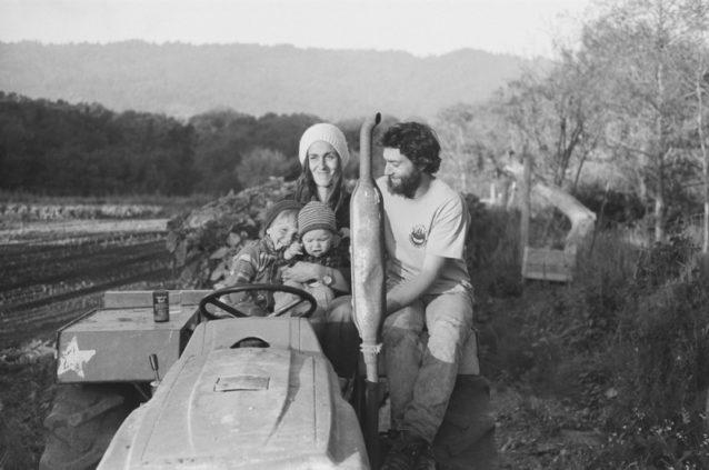 ボリナスのゴスペル・フラット・ファームのミッキー、ブロンウェン、オリバーとアルロ。マーチ一家は農夫、科学者、アーティスト、漁師、主婦、音楽家をはじめ、キャプションには書ききれないほどの多才一家。4日間滞在させてくれて、昔ながらのカリフォルニアの魂がまだ存続することを明確に示してくれた。Photo: Kanoa, Kellen, Dan