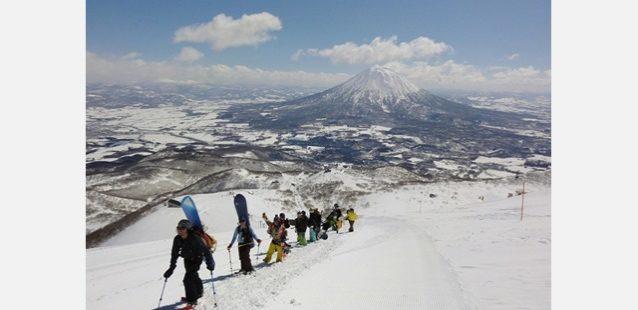友人たちの力を借りてアンヌプリ山頂へ。写真:藤村直樹